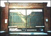 Автоматические распашные ворота с декоративными элементами.